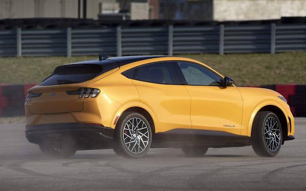 Mustang Mach-E tem recall nos EUA: para-brisa e teto solar podem cair